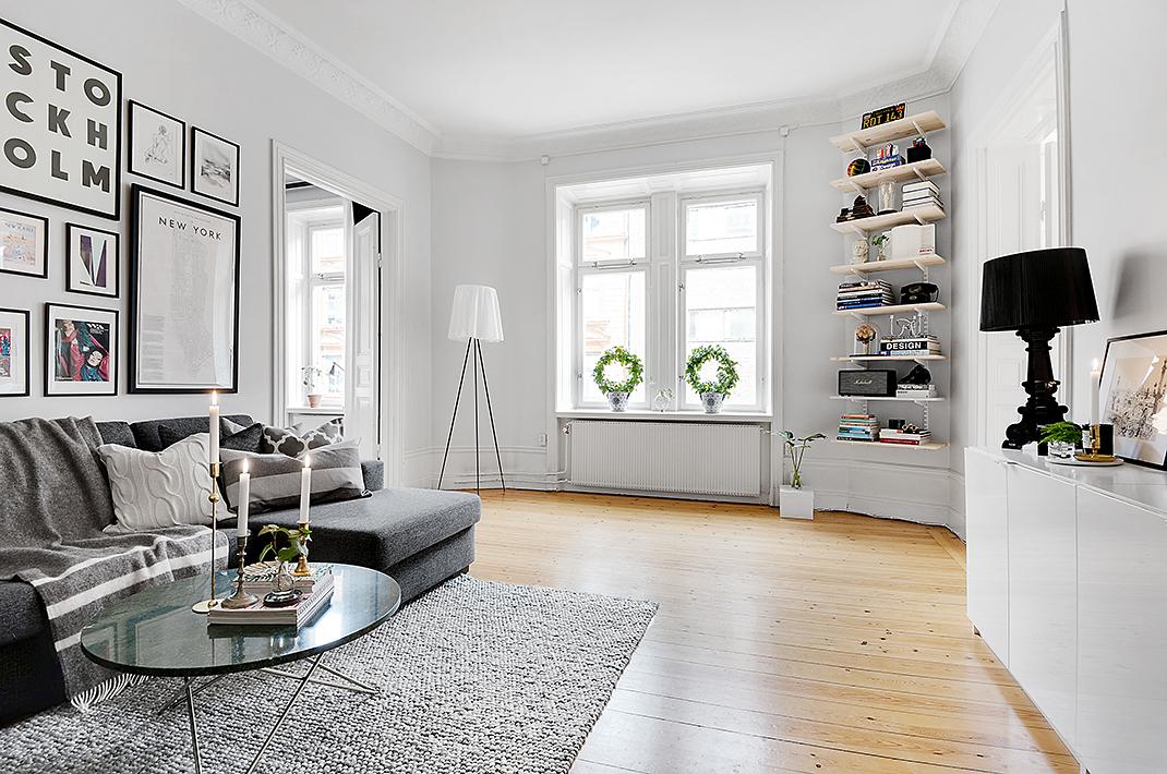 Ruim appartement met torenhoge ramen en een muur vol posters de algemeene - Appartement muur ...